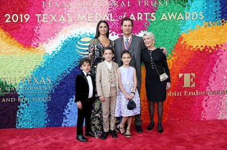 Мэттью Макконахи с Камилой Алвес и детьми на церемонии Texas Medal Of Arts Awards